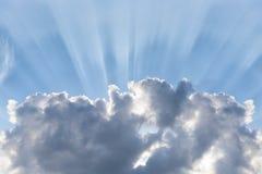Błękitny chmurny niebo, słońce promienie łama przez chmur, tło z słońce racą, miejsce dla teksta Zdjęcie Stock
