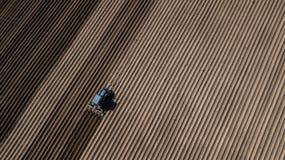 Błękitny ciągnik orze pole Powietrzna fotografia z trutniem obrazy stock