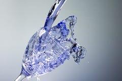Błękitny ciekły puring wewnątrz szkło Zdjęcie Royalty Free