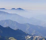 błękitny cloudscape mglista halna sceneria zdjęcie stock