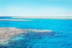 Błękitny Czerwony morze z koralowym i białym piaska paskiem, Egipt Obrazy Royalty Free