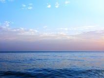 Błękitny denny oceanu horyzontu niebo chmurnieje fotografię Obrazy Royalty Free