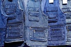 błękitny drelichowych cajgów detaliczna rzędów sklepu kamizelka Zdjęcia Royalty Free