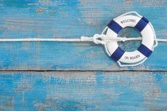 Błękitny drewniany tło wakacje lub pływać statkiem - powitanie na pokładzie - Fotografia Stock