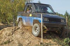 Błękitny droga samochód w trudnym tarrain Zdjęcie Stock