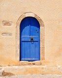 Błękitny drzwi w budynku Obraz Royalty Free