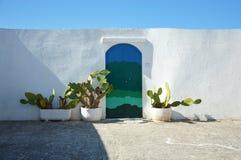 Błękitny drzwi z kaktusem i tradycyjnymi biel ścianami w miasteczku Ostuni Apulia region, Włochy Obraz Royalty Free