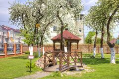 błękitny dzień domu Kaliningrad regionu dachu Russia lato pogodny Miasto Gusev Most hołdownictwo o i altana zdjęcie royalty free