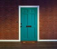 Błękitny dzwi wejściowy z mile widziany matą Obraz Stock