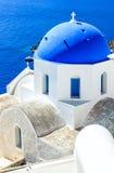 Błękitny Egejski z Cycladic kościół w Santorini, Grecja (Oia) zdjęcia stock