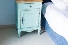 Błękitny elegancki nightstand Elegancki nightstand obok eleganckiego łóżka w sypialni Obrazy Royalty Free