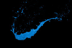 Błękitny farby pluśnięcie na czarnym tle Obraz Stock