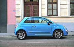 Błękitny Fiat 500 w ulicie Obraz Stock