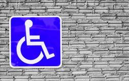 Błękitny foru wózek inwalidzki na ściennej cegle lub parking Obrazy Royalty Free