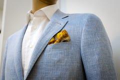 06d56194455 Błękitny garnitur z białą koszula z żółtym szalikiem w kieszeni i obraz  stock