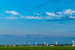 Błękitny godzina krajobraz z elektrycznym pilonem obszar wiejski zdjęcia stock