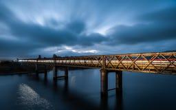 Błękitny godzina most z światłem wlec nad Gamtoos mostem Obrazy Stock