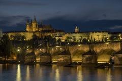 Błękitny godzina strzał Charles most i Praga kasztel obrazy royalty free