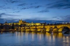 Błękitny godzina strzał Charles most i Praga kasztel obraz royalty free