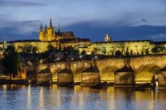Błękitny godzina strzał Charles most i Praga kasztel zdjęcia stock