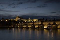 Błękitny godzina strzał Charles most i Praga kasztel obraz stock