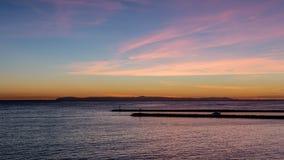 Błękitny godzina zmierzch z światło chmurami i odcieniami nad Pacyficznym oceanem w orange countym różowymi i pomarańczowymi, Kal zdjęcia royalty free