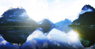 Błękitny Halny Wiejski Spokojny Daleki Jeziorny odbicia pojęcie obrazy stock