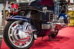 Błękitny Harley Davidson siekacz na czerwonym chodniku obraz stock
