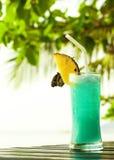 Błękitny Hawaje koktajl z ananasem na ciemnym stole Zdjęcie Stock