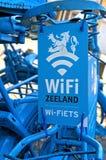 Błękitny holender jechać na rowerze jako przejaw WIFI punkt zapalny fotografia royalty free