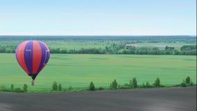 Błękitny horyzont anteny strzał od gorące powietrze balonu pov Latający nad przedmieściem, pola zdjęcie wideo