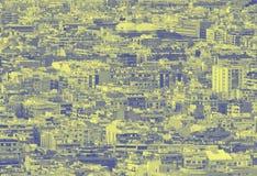 błękitny i żółty duotone tłoczył się miastowego pejzażu miejskiego tło z setkami gęsto upakowani budynki obrazy stock