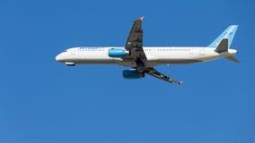 Błękitny i biały Aerobus A321-231 pasażer Zdjęcia Royalty Free
