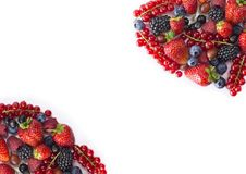 Błękitny i czerwony jedzenie na białym tle Dojrzałe czarne jagody, czerwoni rodzynki, malinki, truskawki, agresty Mieszany berrie Obraz Stock