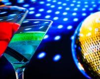 Błękitny i czerwony koktajl z złotej iskrzastej dyskoteki balowym tłem wybierał ostrość Fotografia Royalty Free