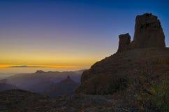 Błękitny i pomarańczowy niebo Tenerife od rockowej góry w Granie Canaria Fotografia Stock