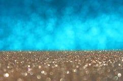 Błękitny i złocisty defocused światła tło. abstrakcjonistyczni bokeh światła Obraz Stock