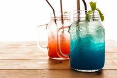 Błękitny jagodowy sodowany poncz i truskawkowy poncz fotografia stock