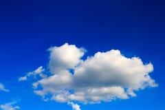 błękitny jaskrawy chmur nieba biel Zdjęcia Royalty Free