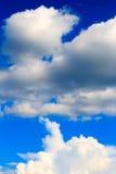błękitny jaskrawy chmur nieba biel Zdjęcia Stock