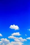 błękitny jaskrawy chmur nieba biel Obrazy Stock
