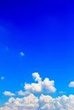 błękitny jaskrawy chmur nieba biel Fotografia Stock