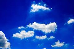błękitny jaskrawy chmur nieba biel Obrazy Royalty Free