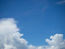 Błękitny jaskrawy niebo z bielem chmurnieje na słonecznym dniu Szeroki chmury niebo i niebieskie niebo Obraz Stock