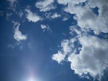 Błękitny jaskrawy niebo z bielem chmurnieje na słonecznym dniu Szeroki chmury niebo i niebieskie niebo Fotografia Stock