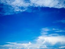 Błękitny jaskrawy niebo z bielem chmurnieje na słonecznym dniu Szeroki chmury niebo i niebieskie niebo Piękny tło Zdjęcia Stock