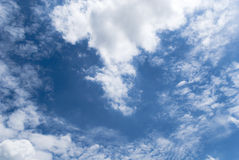 błękitny jasny niebo obrazy stock
