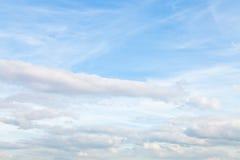 Błękitny jesieni niebo z warstwą cumulus chmury Obrazy Royalty Free