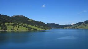 Błękitny jeziorny Waegital i zieleni wzgórza Fotografia Stock
