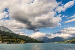 Błękitny jezioro wśród pasma górskiego i dramatyczny niebo w idyllicznym uncontaminated środowisku once zakrywającym lodowami Dra Obraz Royalty Free